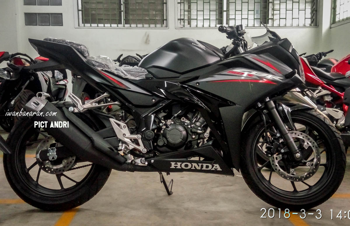 penampakan warna baru honda cbr150r 2018. Black Bedroom Furniture Sets. Home Design Ideas